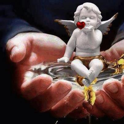 Ängel i hand med hjärta